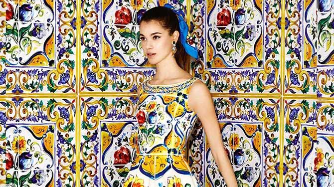 Женщина в майоликовом стиле платье стоит в номере