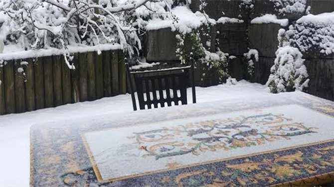 Tavolo di lava in giardino coperto di neve