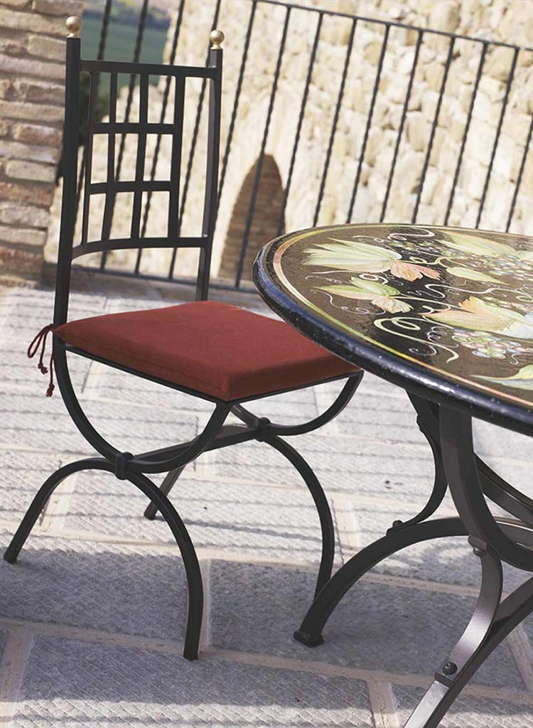 Sedia Aurora e tavolo Barolo sul balcone