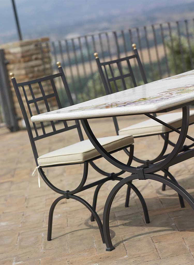 Sedia Aurora e tavolo Montepulciano sulla terrazza