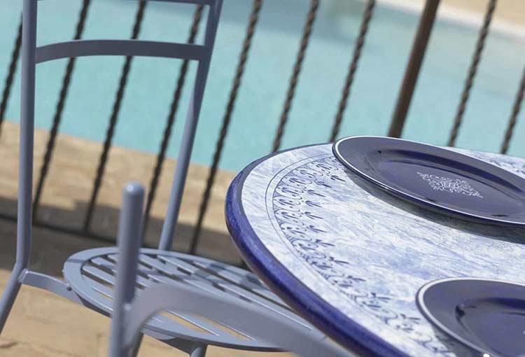 Sedia Diana e tavolo Delfino sulla terrazza