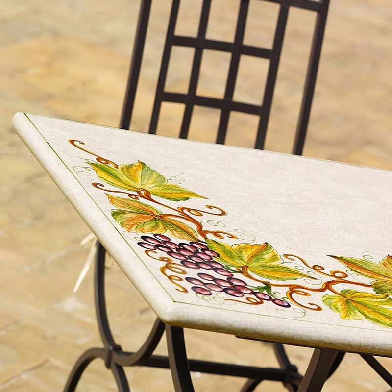 Primo piano del tavolo di Montepulciano sulla terrazza