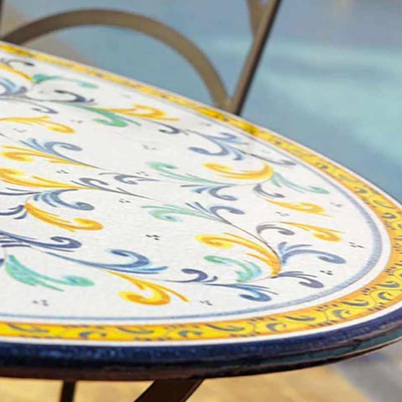 Primo piano del piano del tavolo nel design Renaissance a bordo piscina