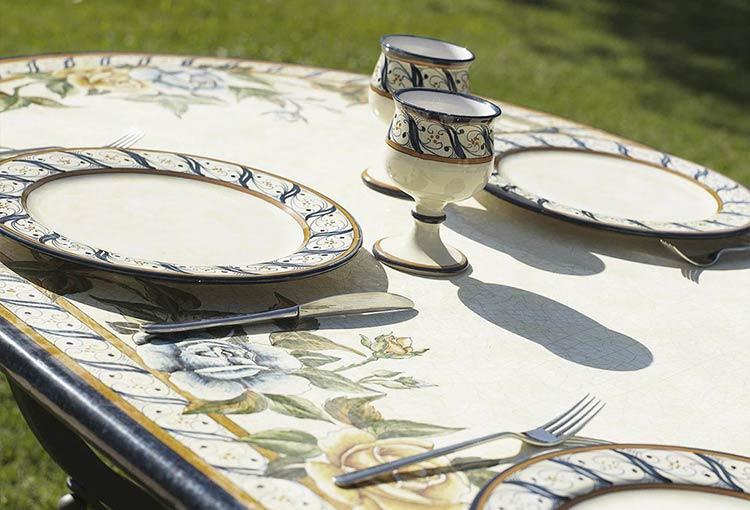 Блюда Rosato и стол Rosato в саду