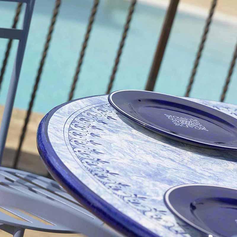 Nahaufnahme von Tischplatte im Design Delfino am Pool