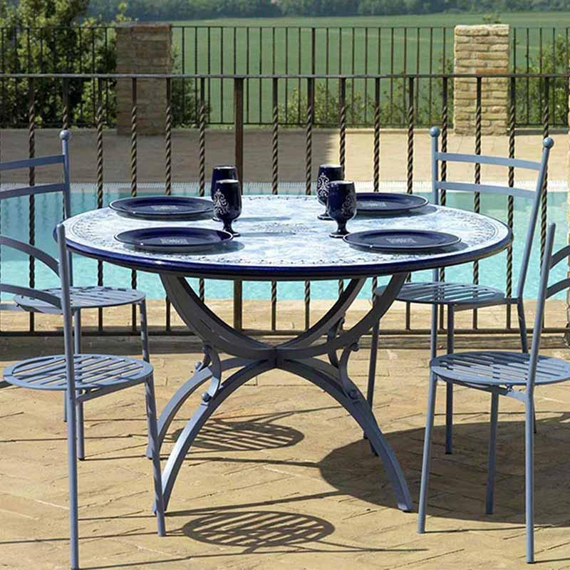 Tischplatte im Design Delfino zusammen mit vier Stühlen