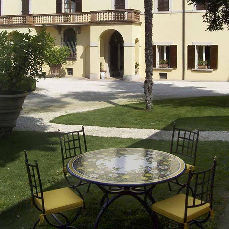Tischplatte Giardino zusammen mit vier Stühlen