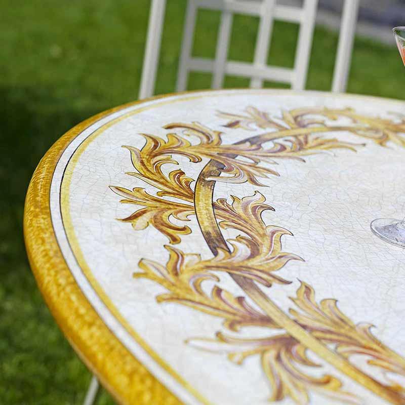 Nahaufnahme von Tischplatte im Design Liberty in Garten