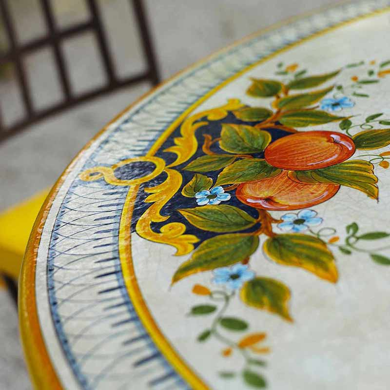 Nahaufnahme von Tischplatte im Design Melograno in Garten