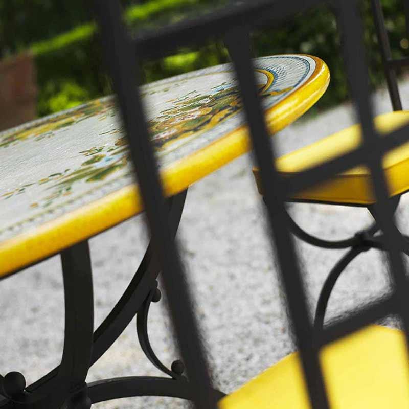 Tischplatte Melograno neben Stühlen