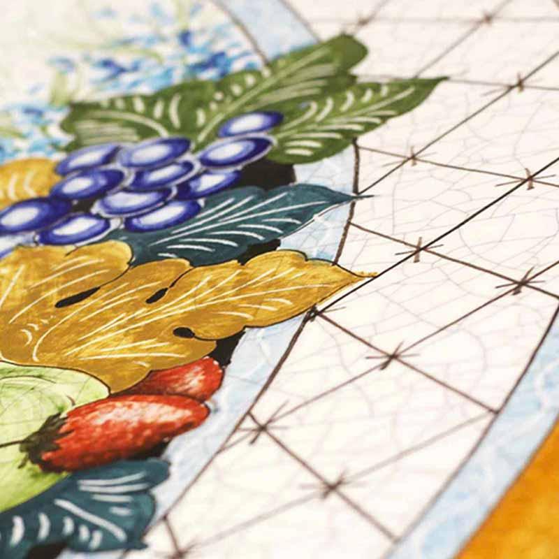 Nahaufnahme von Tischplatte im Design Ruffini