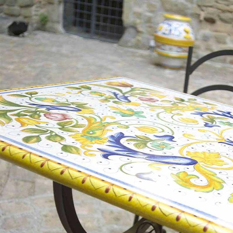 Tischplatte in buntem Design Toscana auf Terrasse