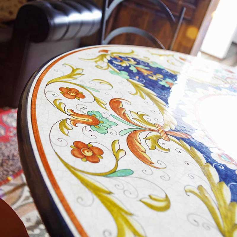 Nahaufnahme von Tischplatte im Design Trevi in Wohnzimmer