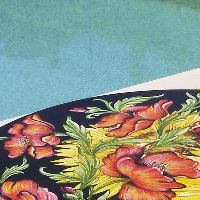 Nahaufnahme von Tischplatte im Design Van Gogh am Pool